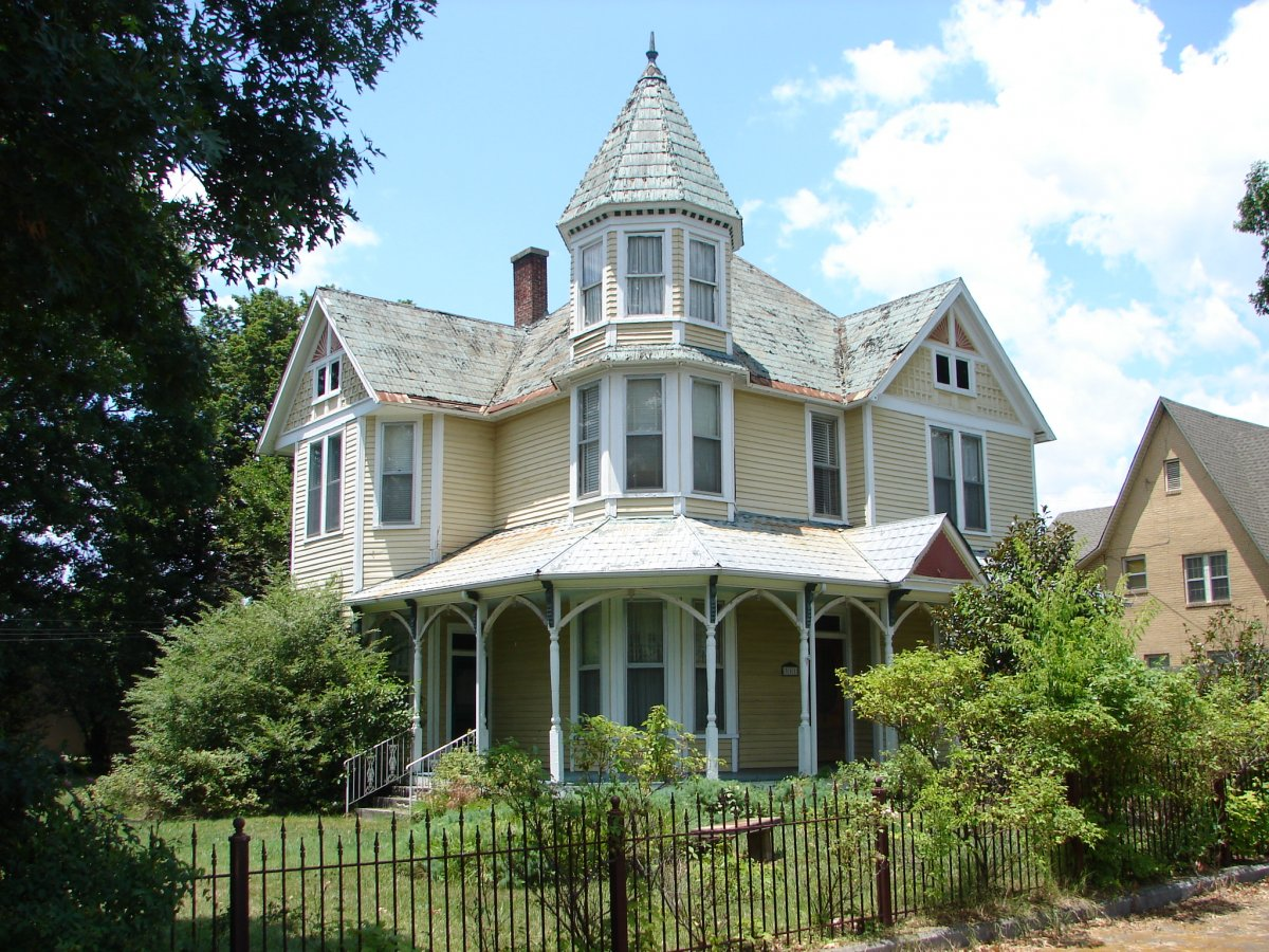 Gorgeous-Cream-Painted-Wall-and-White-Framed-Windows-on-Victorian-House-Styles-Architecture-Exterior.jpg