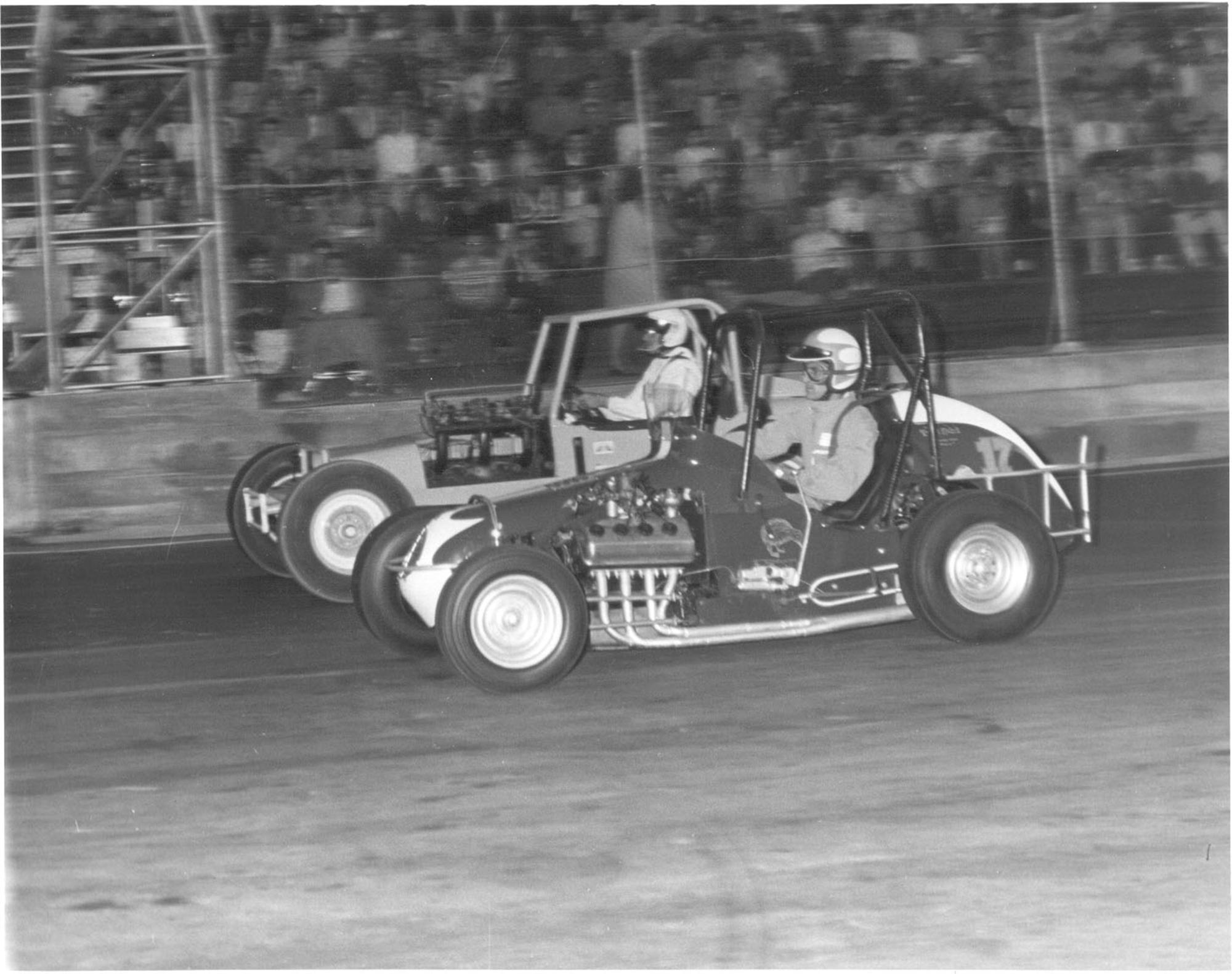 MG1044_No.17__Ross_McIntyre_in_Johnny_Wright_s_Midget__and_Doug_Bowell_-_Barrie_Goodwin_photo_HR.jpg