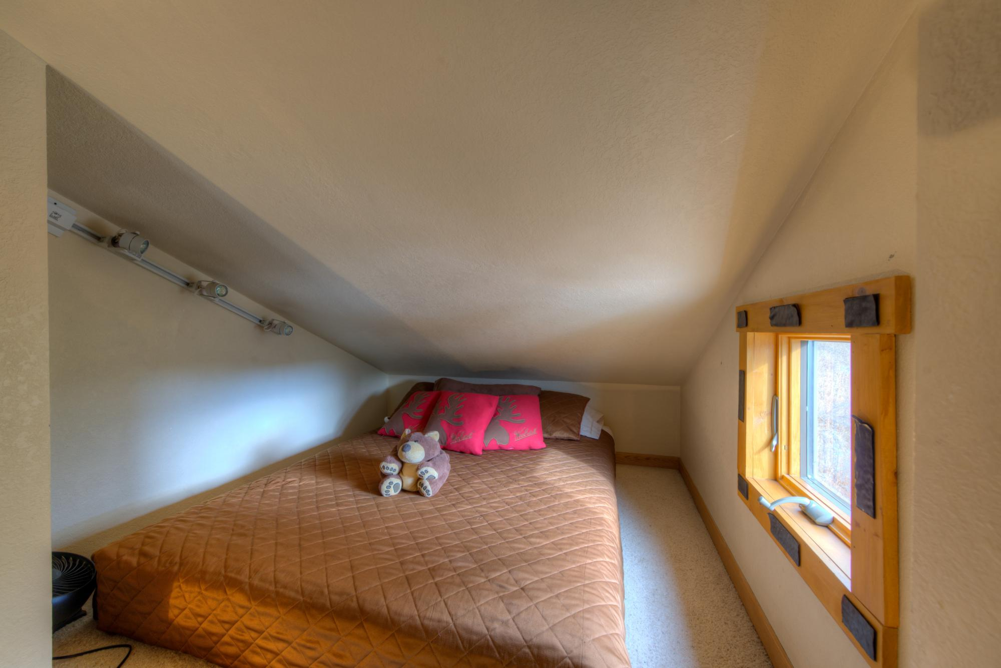 Queen bed in Sleeping Loft in Bear Room