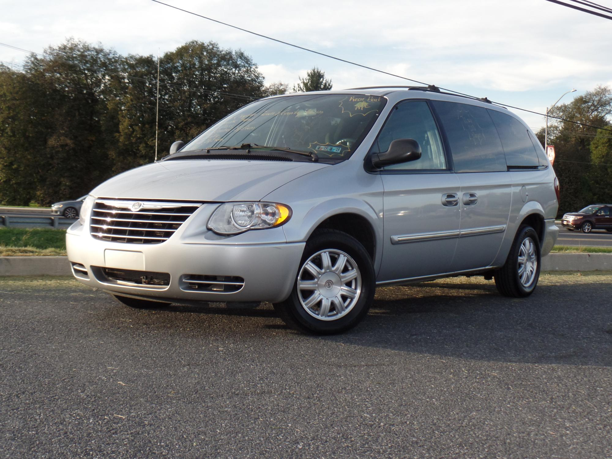 10-16-2018_2005_Chrysler_Town_and_Country_173394__1_.JPG