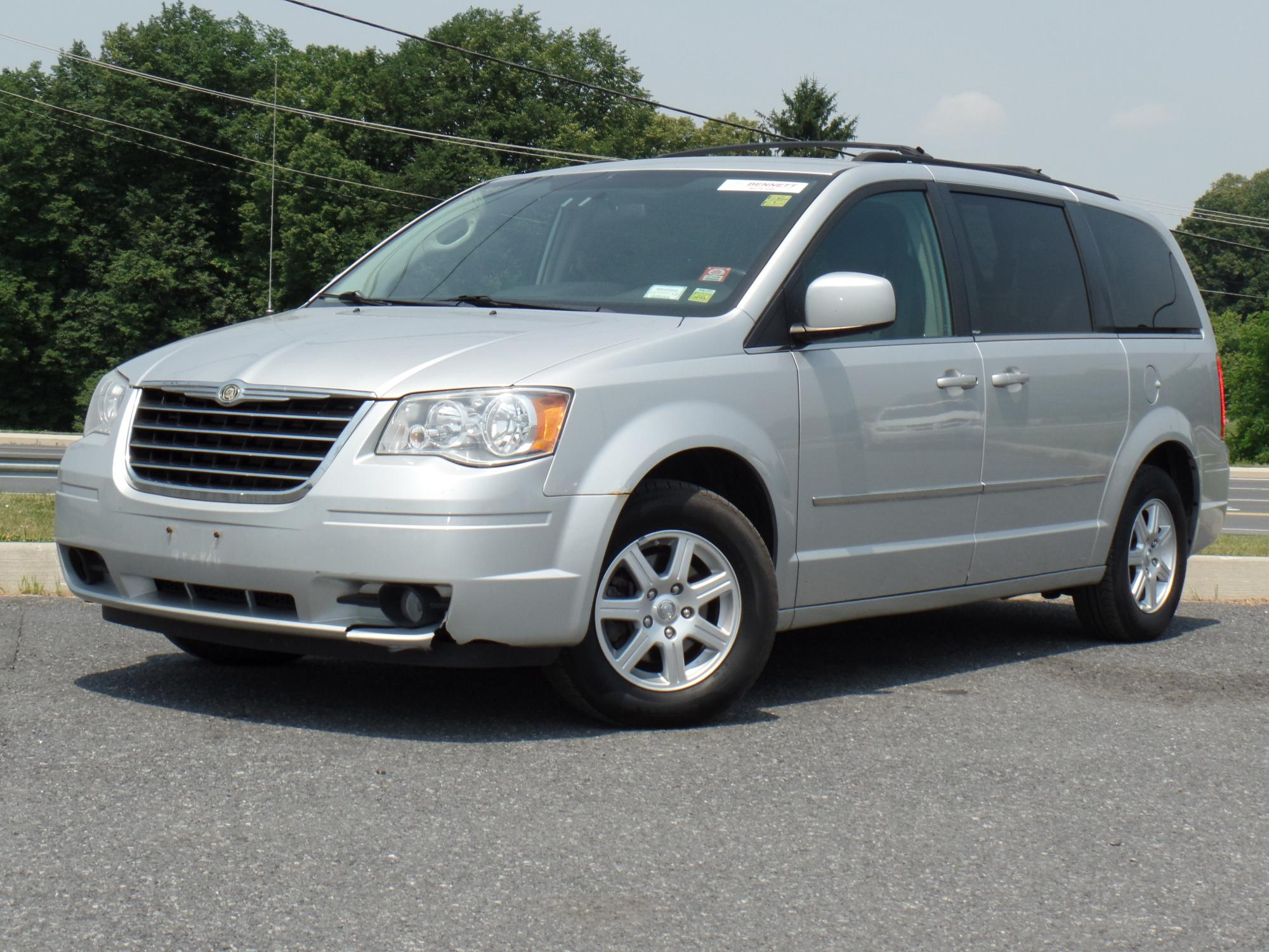 6-18-2018_2010_Chrysler_Town_and_Country_479975__1_.JPG