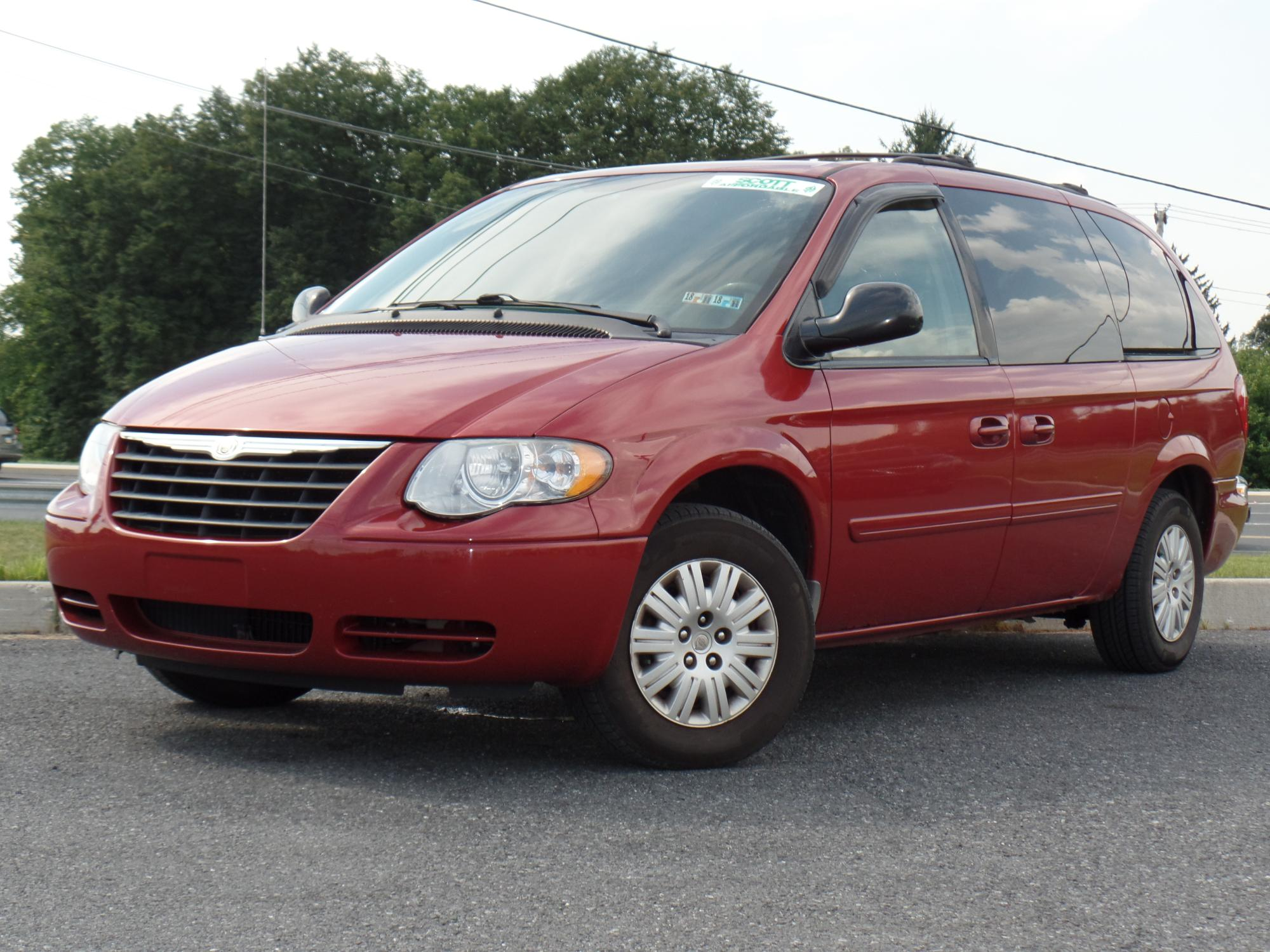 7-16-2018_2006_Chrysler_Town_and_Country_738063__1_.JPG