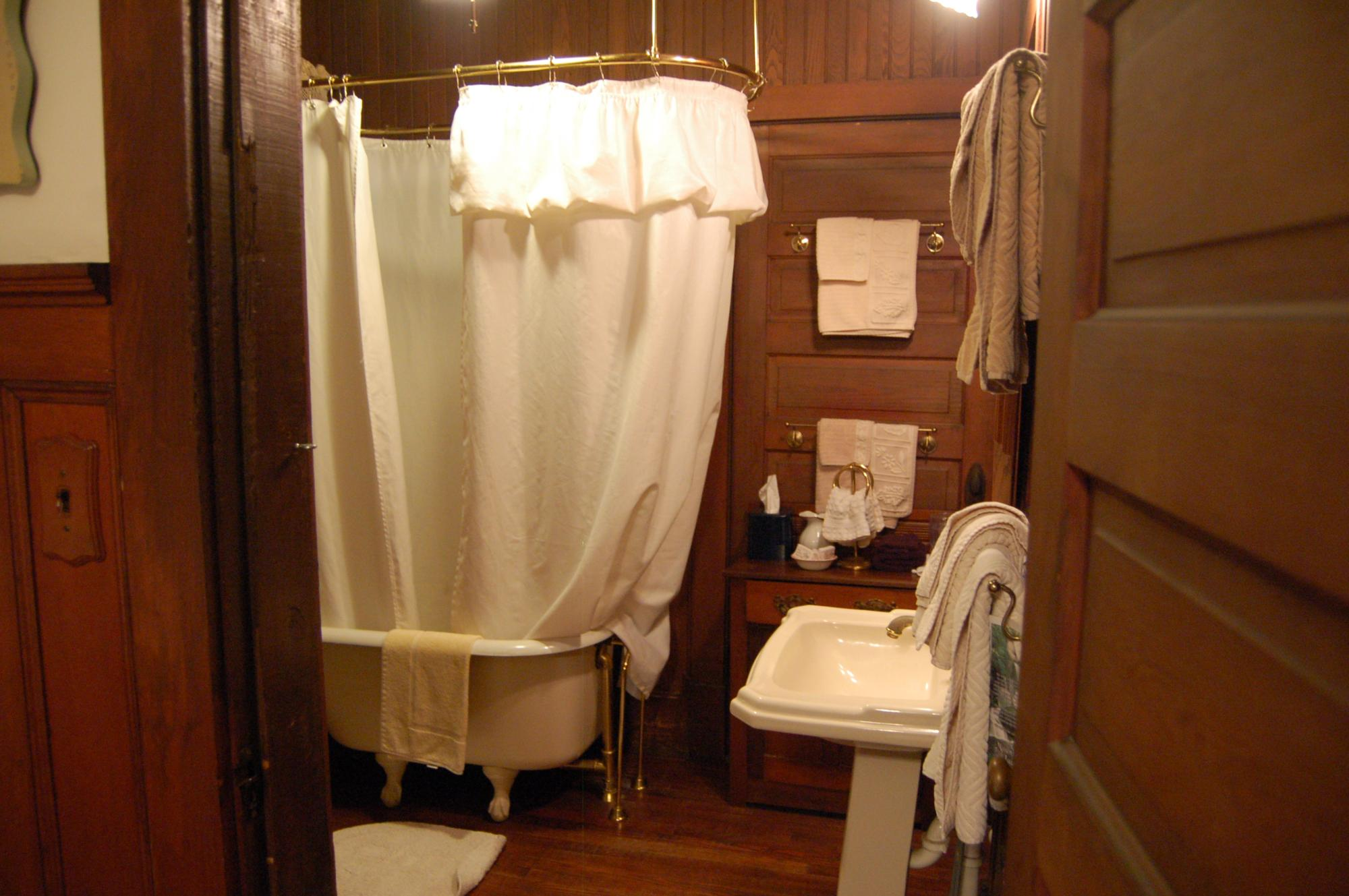 Sister's Room - Private Bathroom