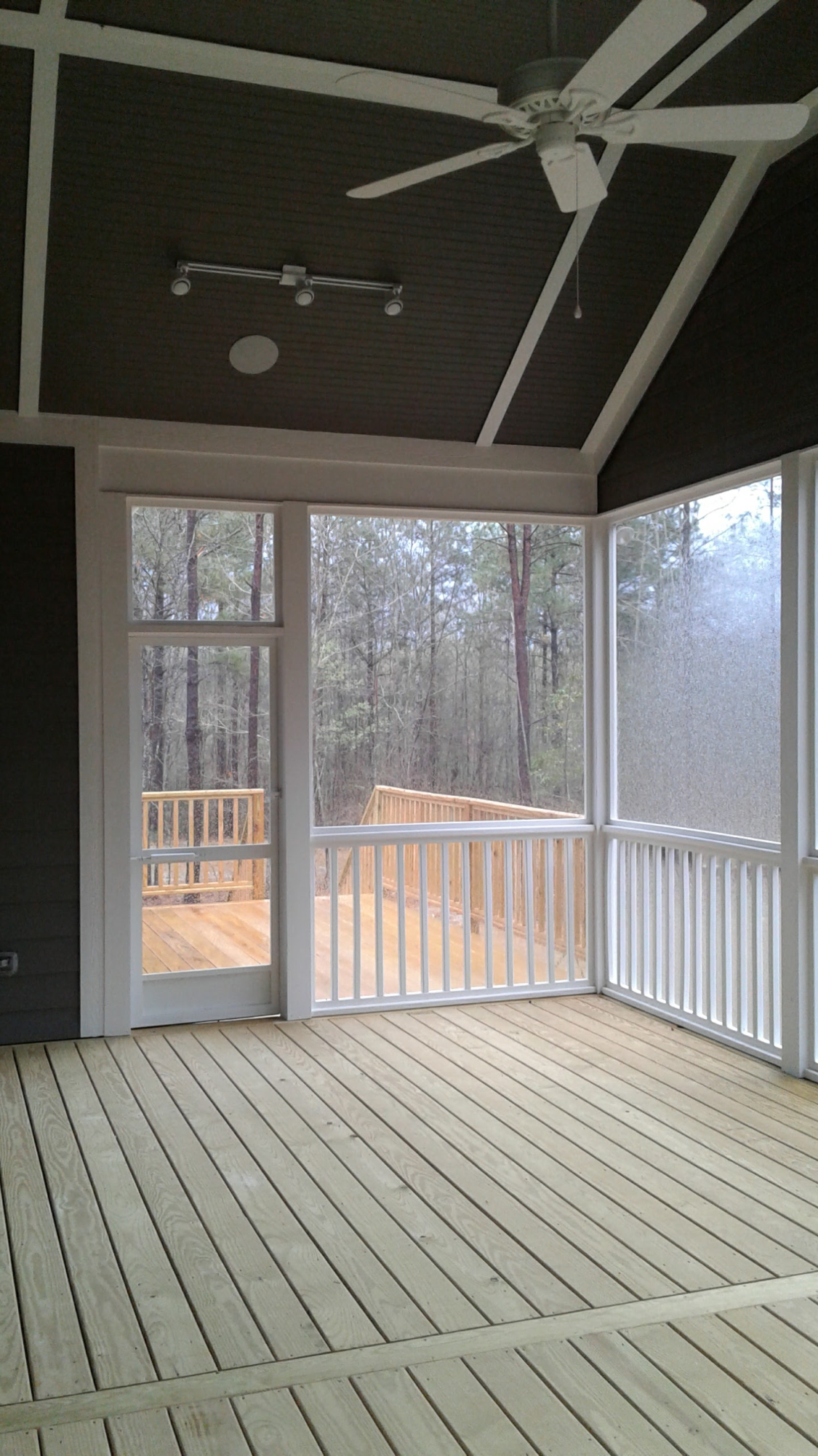 Screened_Porch_looking_toward_grilling_deck_png.png
