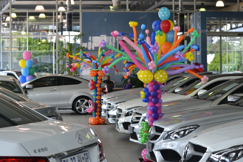 BALLOON COLUMNS FOR CAR DEALERSHIP