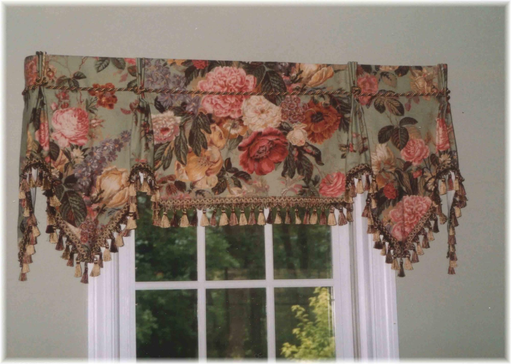 Shaped valance with pleats and points