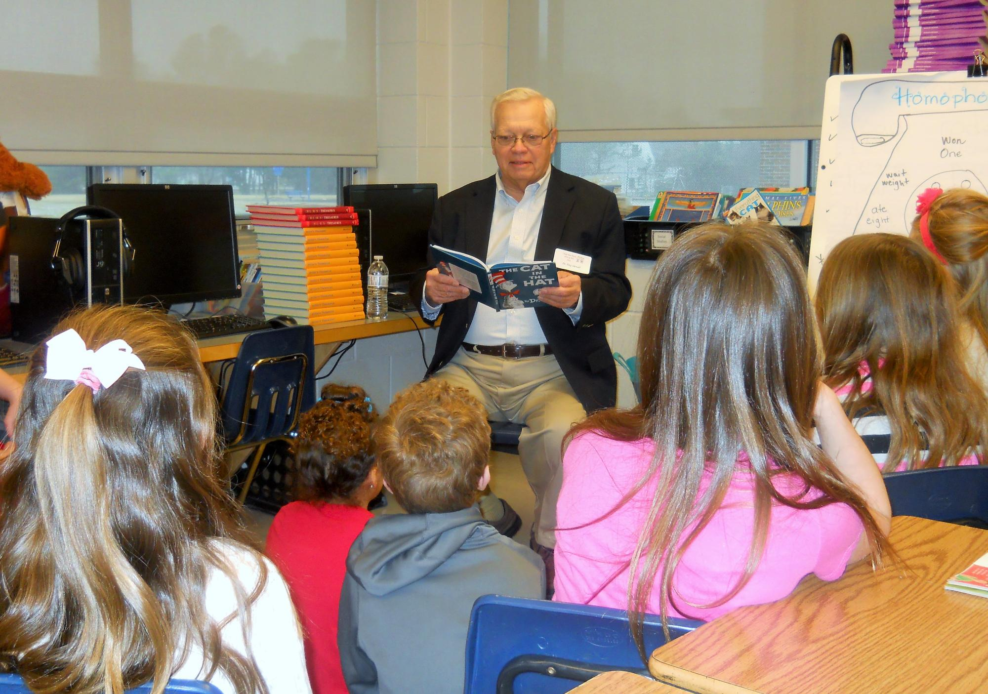 City_Councilman_Ray_Vernall_reads_to_PES_students..jpg